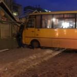 В Луцке маршрутка сбила женщину на остановке