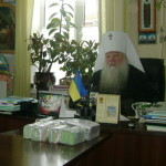 Митрополит Нифонт передал детям-сиротам почти 198 тысяч гривен