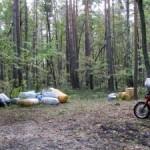 Возле границы с Беларусью пограничники обнаружили лесника, мотоцикл и мешки с одеждой