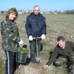 Экологи возле свалки в Брыще высадили деревья
