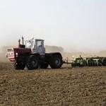 На Волыни аграрии удобряют почву и сеют сахарную свеклу